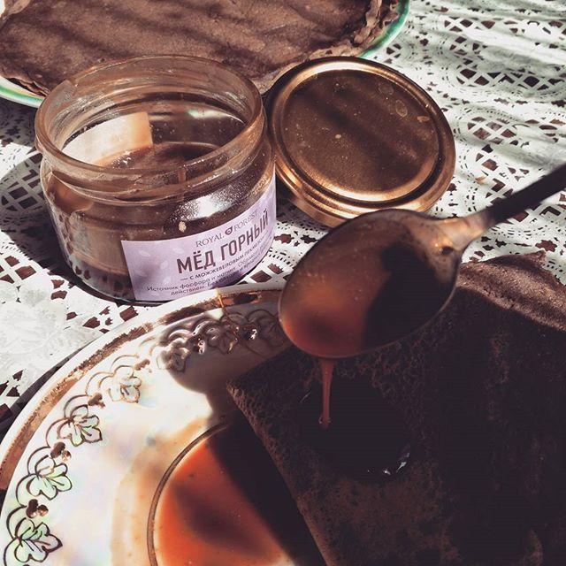 Мед на блюдце в солнечный день | Мед от Royal Forest